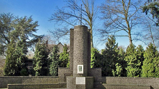 Joan Beuker monument