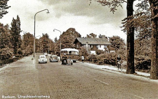 Renkum Utrechtseweg 132 met allerlei verkeer ca 1950 Collectie Fien Peelen + HGR